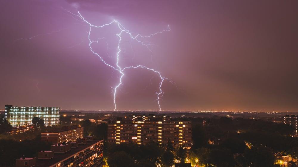 wat-te-doen-bij-onweer-en-bliksem-binnen