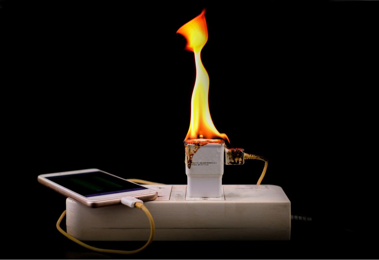 oplader-16-tips-om-brand-te-voorkomen-in-je-eigen-woning